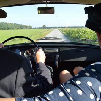 In stijl toeren met de Daf door het Drentse dorpjes en langs de hunebedden en uitgestrekte heidevelden.