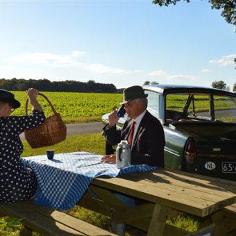 Genieten van het Drentse platteland tijdens een Daf33 toertocht en een picknick.