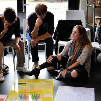 Groep met DISC opdracht 1400x809 2 - Het Drents Kwartiertje - Solex Huren / Rijden - Dafje Huren / Rijden - Groepsactiviteiten, workshops, teambuilding en trainingen Drenthe