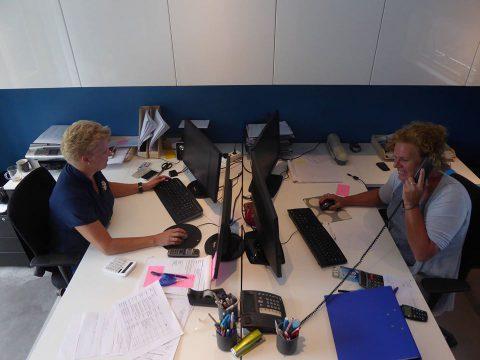 Marije en Margriet op kantoor - Het Drents Kwartiertje - Solex Huren / Rijden - Dafje Huren / Rijden - Groepsactiviteiten, workshops, teambuilding en trainingen Drenthe
