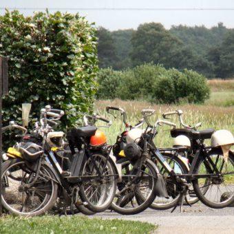 Solex rijden op de Drentse hooglanden. Onderweg genieten van een lekkere picknick of een drankje op een terras.