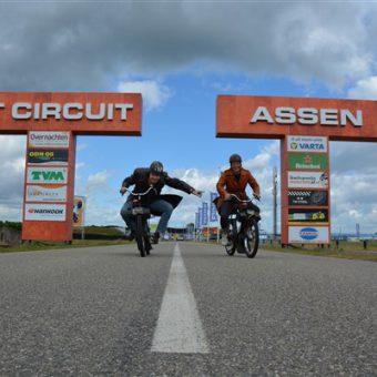 anderhalve meter solex rijden uitje - Het Drents Kwartiertje - Solex Huren / Rijden - Dafje Huren / Rijden - Groepsactiviteiten, workshops, teambuilding en trainingen Drenthe