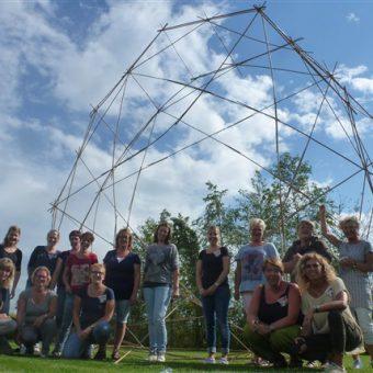 Samen een bouwwerk van bamboestokken maken; actieve teambuilding.