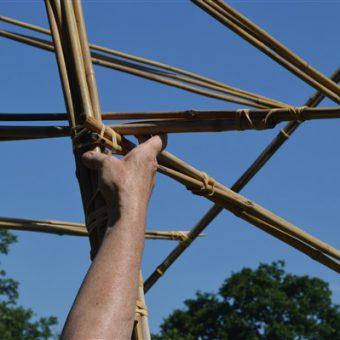Samen een bouwwerk van bamboestokken bouwen; een uitdagende invulling voor jullie uitje!