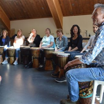 Workshop djembé spelen bij het Drents kwartiertje. Muzikaal teamuitje of vrijgezellenfeest.