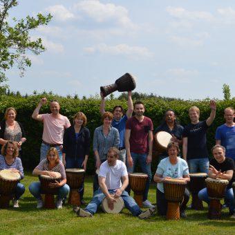 Workshop djembé in Drenthe; actief en muzikaal groepsuitje bij het Drents kwartiertje.