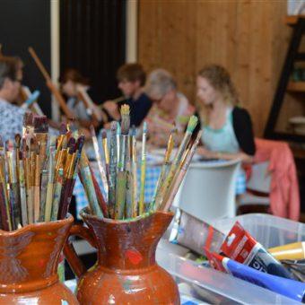 Samen een workshop klompen schilderen volgen; ga naar huis met je eigen unieke paar Drentse klompen.