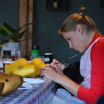 Creatieve en originele invulling voor een familiedag of teamuitje; workshop klompen schilderen.