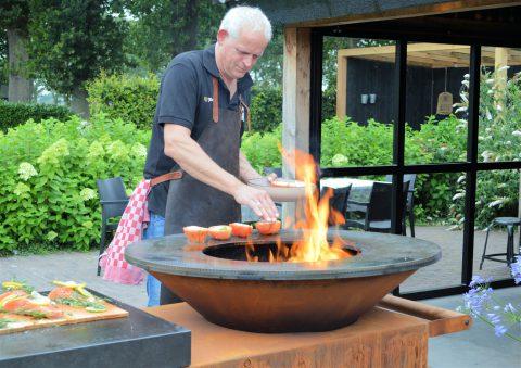 Kokkerellen in de buitenkeuken op de Ofyr; culinair uitje.