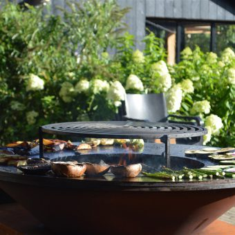 Outdoor cooking in Drenthe; koken op de Ofyr of in de buitenkeuken of kookstudio.