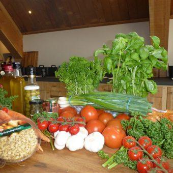 Samen kokkerellen in de kookstudio tijdens jullie groepsuitje in Drenthe.