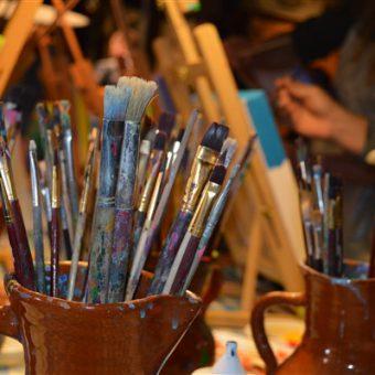 Samen een groot schilderij maken tijdens een workshop; creatief groepsuitje.,