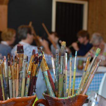 Samen een schilderij maken tijdens een schilderworkshop in Drenthe.