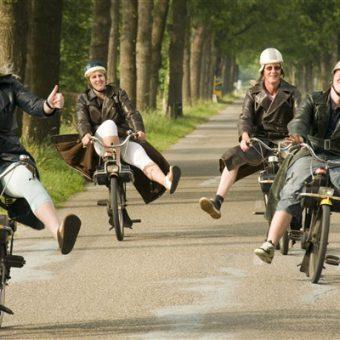 Solex rijden en onderweg op zoek naar de hunebedden en Bartje in Drenthe.