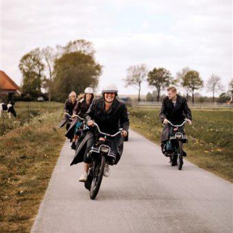 Solex rijden groepsuitje bij het Drent kwartiertje.