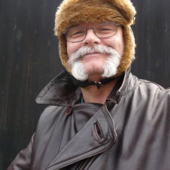 Solex toertocht in Drenthe in het voorjaar of najaar. een solex outfit houdt je lekker warm tijdens het solex rijden.