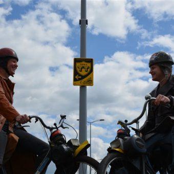 De oude TT route rijden tijdens een solex toertocht bij het Drents kwartiertje.