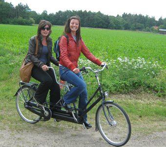 Op pad met de tadem tijdens een fietstocht door Drenthe, Onderweg ergens stoppen voor een drankje of genieten van een lekkere picknick.