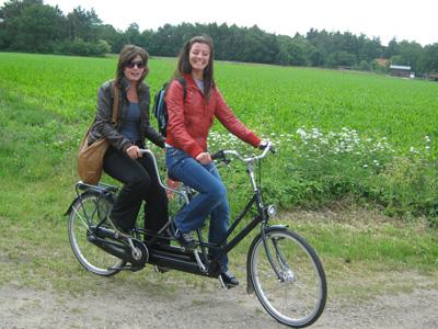 Met de tandem genieten van het Drentse platteland.