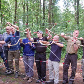 Samenwerken en communiceren staan centraal bij teambuildingactiviteiten.