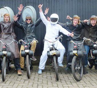 Solex rijden tijdens jullie vrijgezellenfeest in Drenthe.